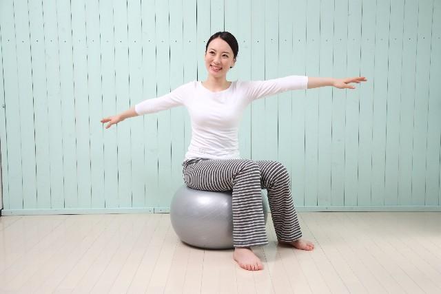 難しい動きは一切なし!の空気椅子の効果やいかに?