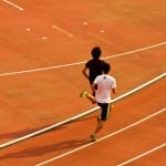 競技場を走る陸上選手