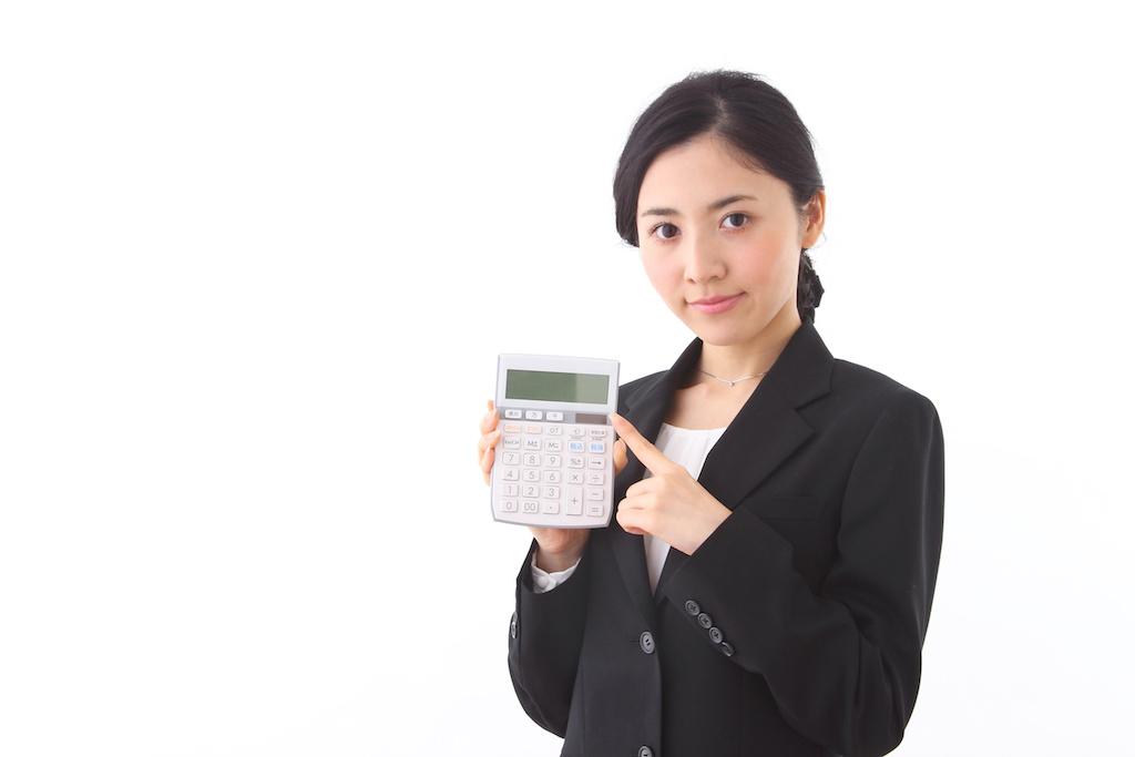 計算機を指す女性