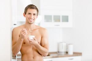 笑顔で食事を摂る男性