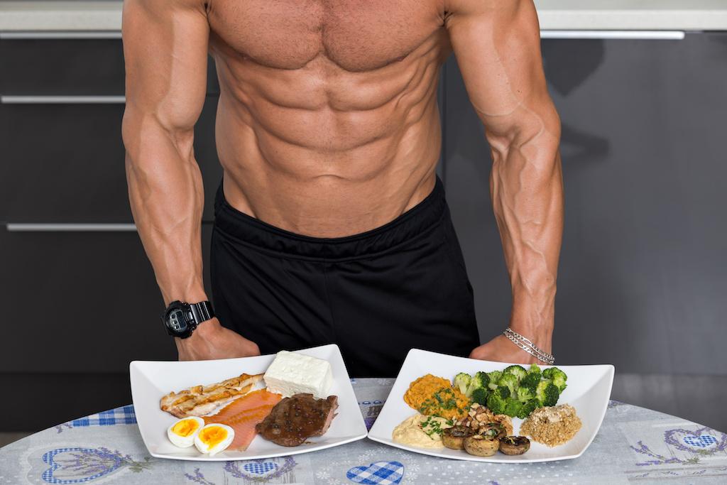 筋肉質の男性と食事
