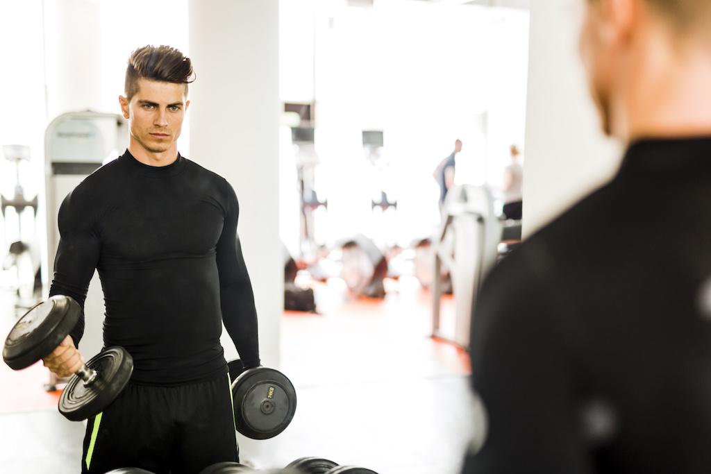 体型の変化を見る男性