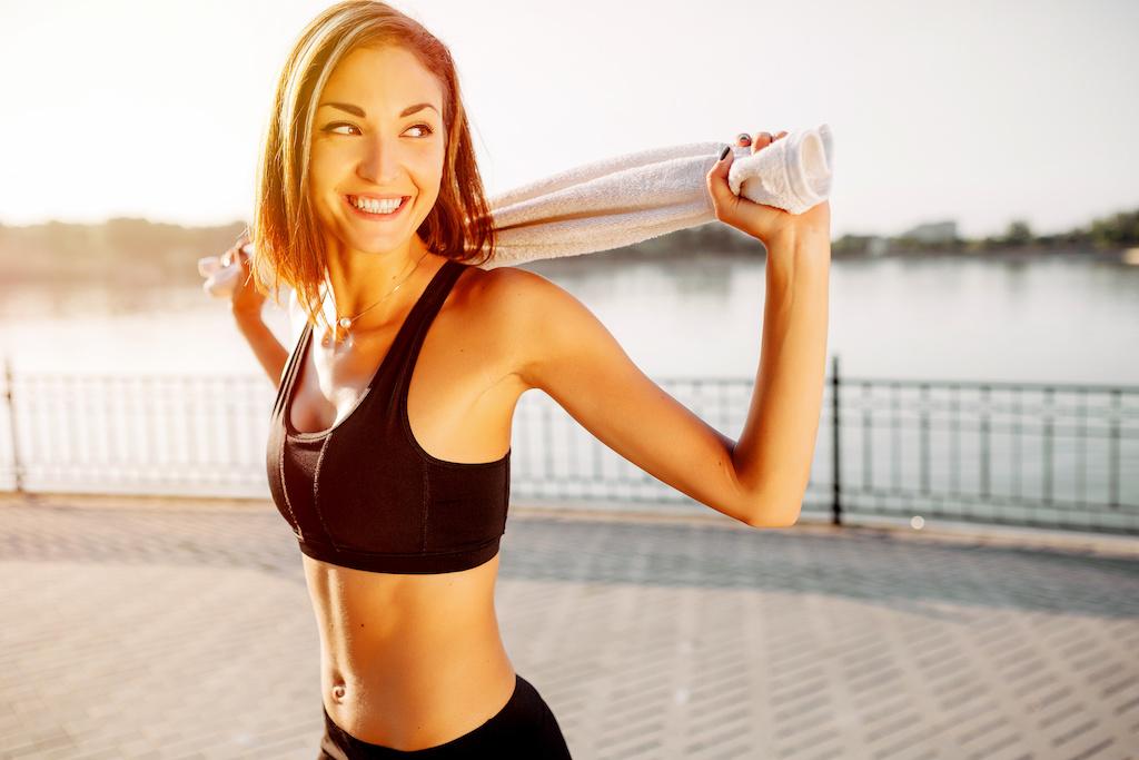 トレーニング後の笑顔の女性