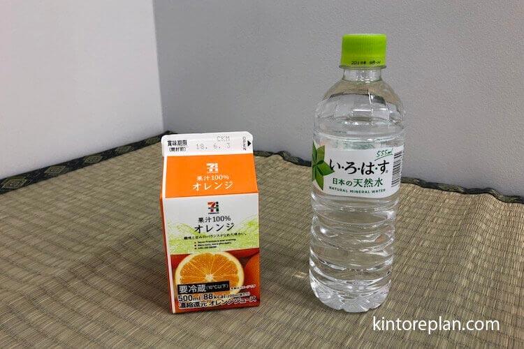 水とオレンジジュース