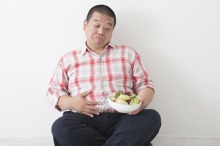 野菜を嫌がる男性